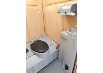 Toilette sur remorque (vue de l'intérieur)