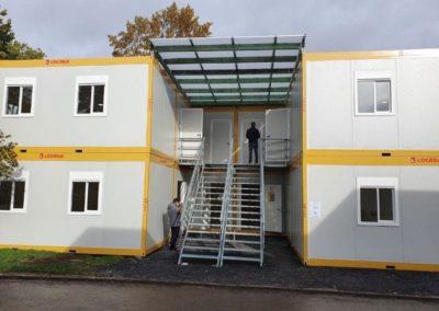 Montage des modules habitables pour une école